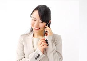 スマートフォンで連絡するビジネスウーマン